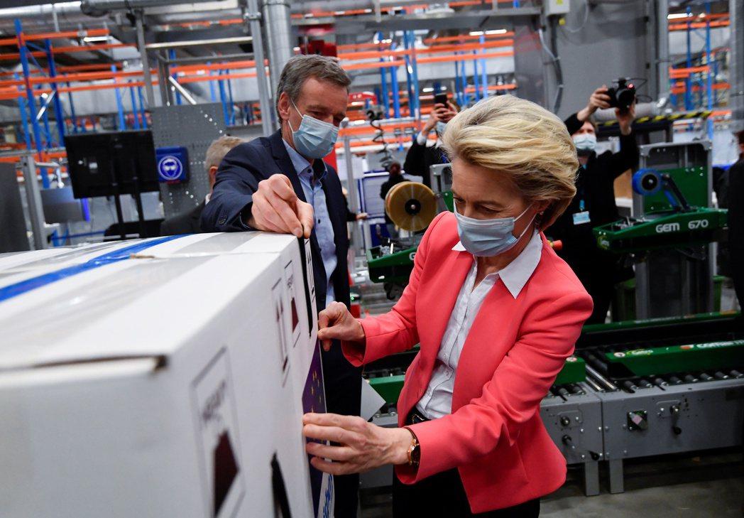支持放棄智財權者眾,反對者也不在少數,以歐盟等先進國家與製藥商為主。圖為歐盟委員會主席馮德萊恩4月參訪輝瑞位於比利時的製造廠。 圖/路透社