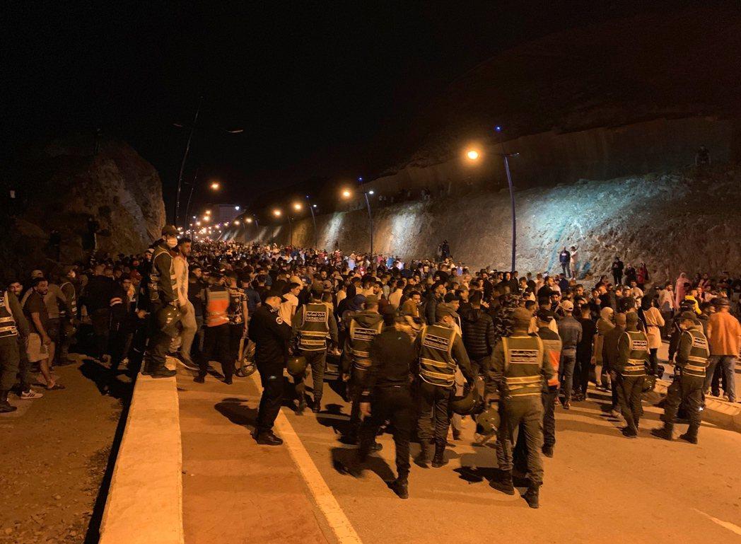 西班牙在非洲的海外自治城市休達(Cueta),17日傍晚突然無預警登陸數千非洲偷...