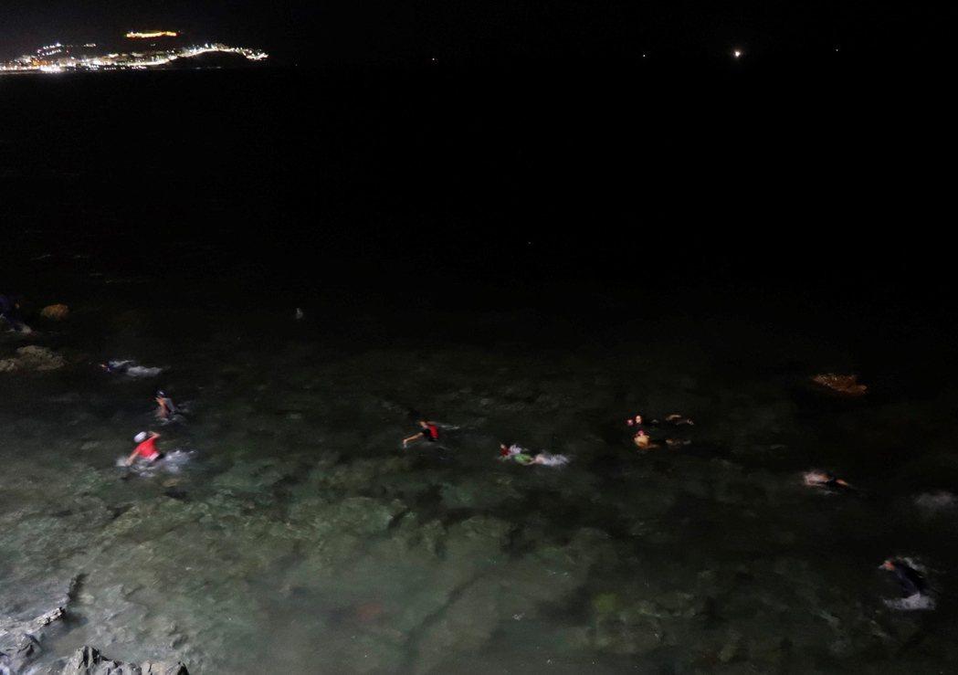 西班牙《國家報》報導,從摩洛哥邊境「游泳登陸」的偷渡客,從17日清晨就開始陸續出...
