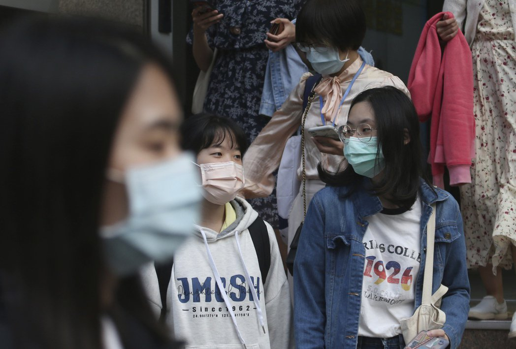 東亞社會相較於「歐美」社會,似乎更不在意自己的自由受到限制,而願意配合政府的防疫規定,特別是帶口罩政策,原因究竟是什麼?這對於接下的防疫能有何啟示? 圖/美聯社
