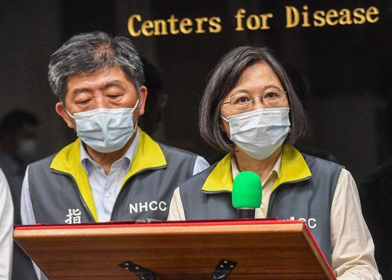 總統蔡英文(右)18日上午前往視察中央流行疫情指揮中心,會後在衛福部長陳時中(左)等人陪同下發表談話。中央社