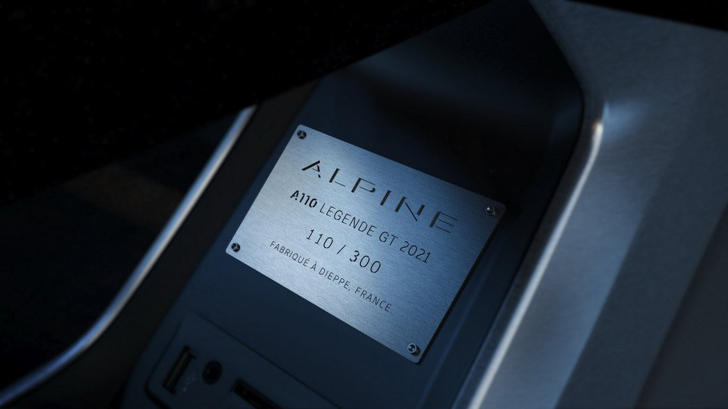 車內附有限量300台的車型銘牌。 摘自Alpine