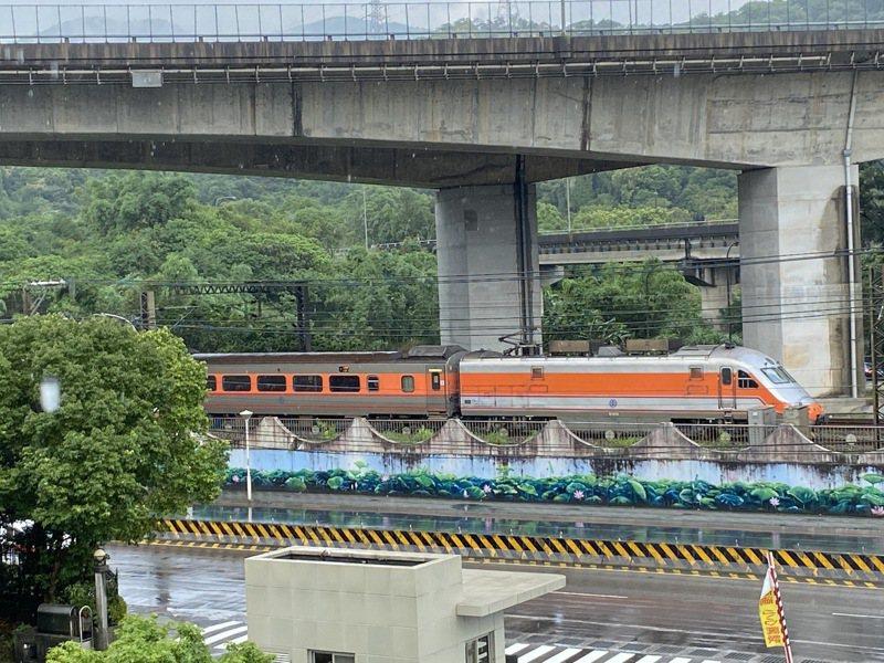 台鐵電車線故障,部分列車有延誤情形。圖/讀者提供