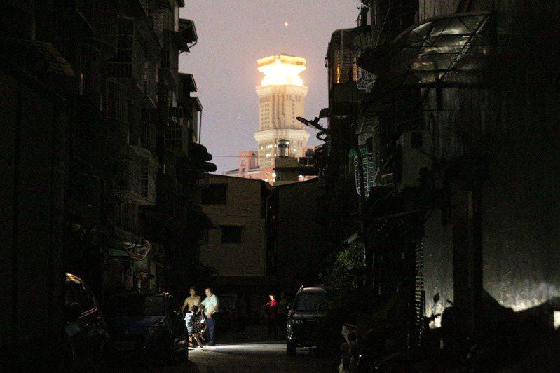 高雄興達電廠因為跳機,昨天造成全台再度大停電,高雄市區漆黑一片。 記者劉學聖/攝影