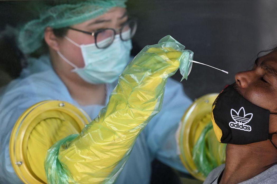 泰國政府緊急加開臨時檢測站和疫苗站,一方面希望全面篩檢孔堤區的民眾;另一方面透過...