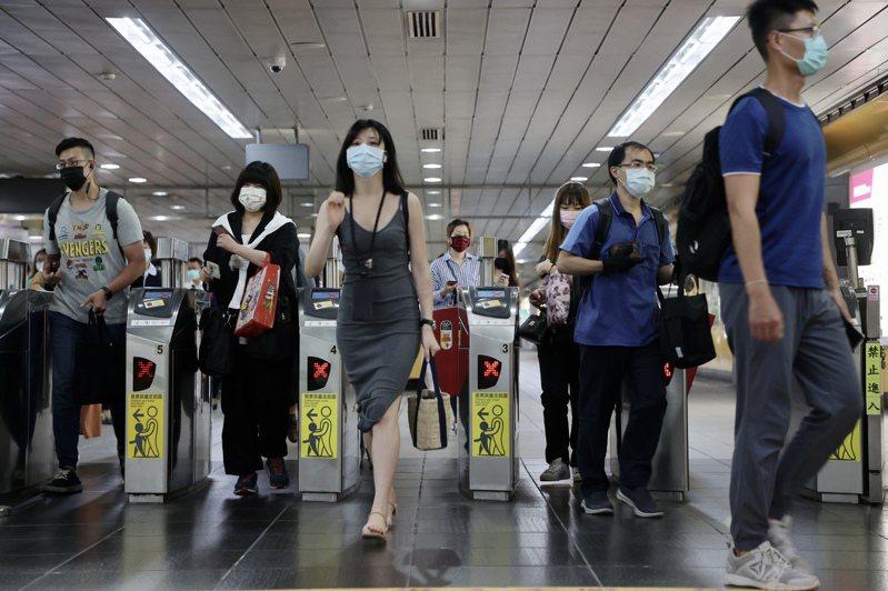 三級防疫首個上班日 捷運人潮大減。記者許正宏/攝影