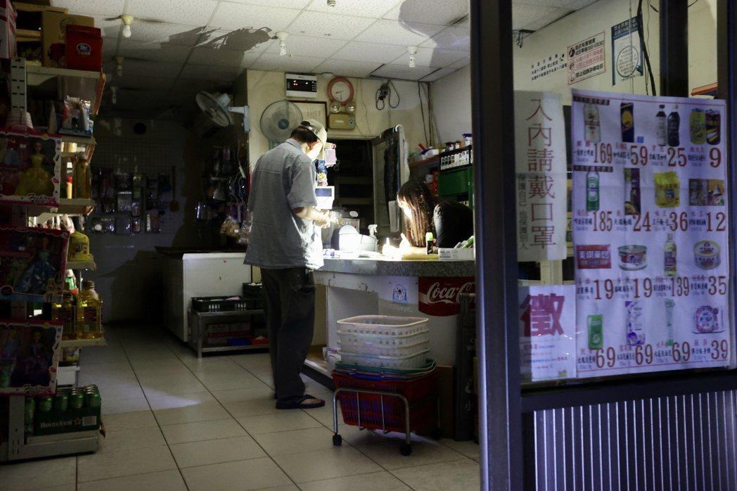 基隆市安樂區17日晚間無預警停電,正值居民煮飯、倒垃圾的生活時間,不少市民在停電...