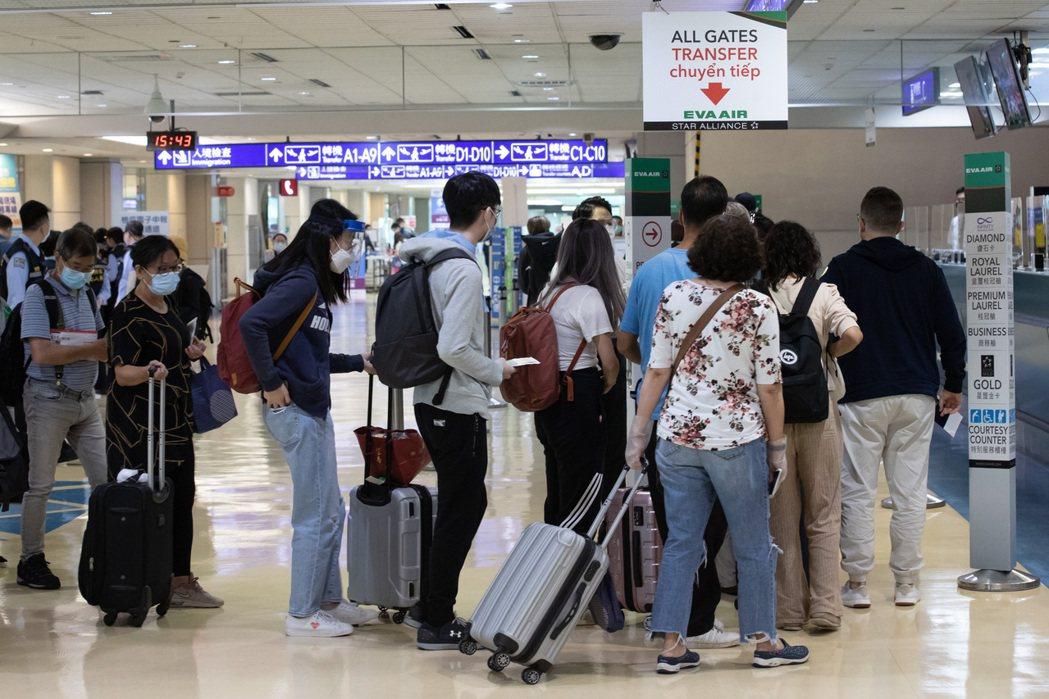 中央疫情指揮中心17日宣布,從5月19日零時起至6月18日,暫停旅客來台轉機,圖...