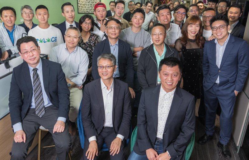 台灣數位企業總會辦公室啟用派對,理事長陳來助(前排中)與來賓及會員熱烈交流。行政...