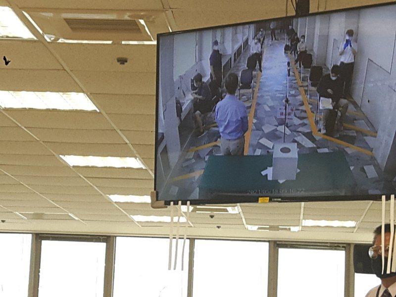 疫情嚴峻,京城銀今天上午股東會開闢第二現場以視訊與總行會場連線,第二現場也同樣備妥投票箱讓在場股東針對議案投票。記者夏淑賢/攝影