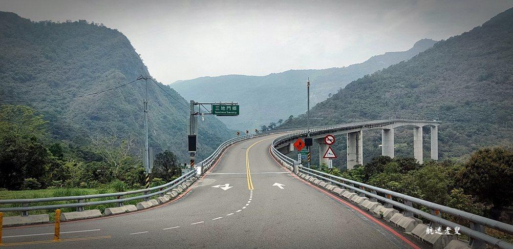 回程在司機旁,從這裡所看到的谷川大橋角度與來時看到大橋時的感覺完全不同,帶著依依不捨的心情行經寬廣的橋面,行走在蜿蜒如巨龍般的橋身上,以這張照片來做為霧台半日遊的結束,也可說是最完美的句點嘍。