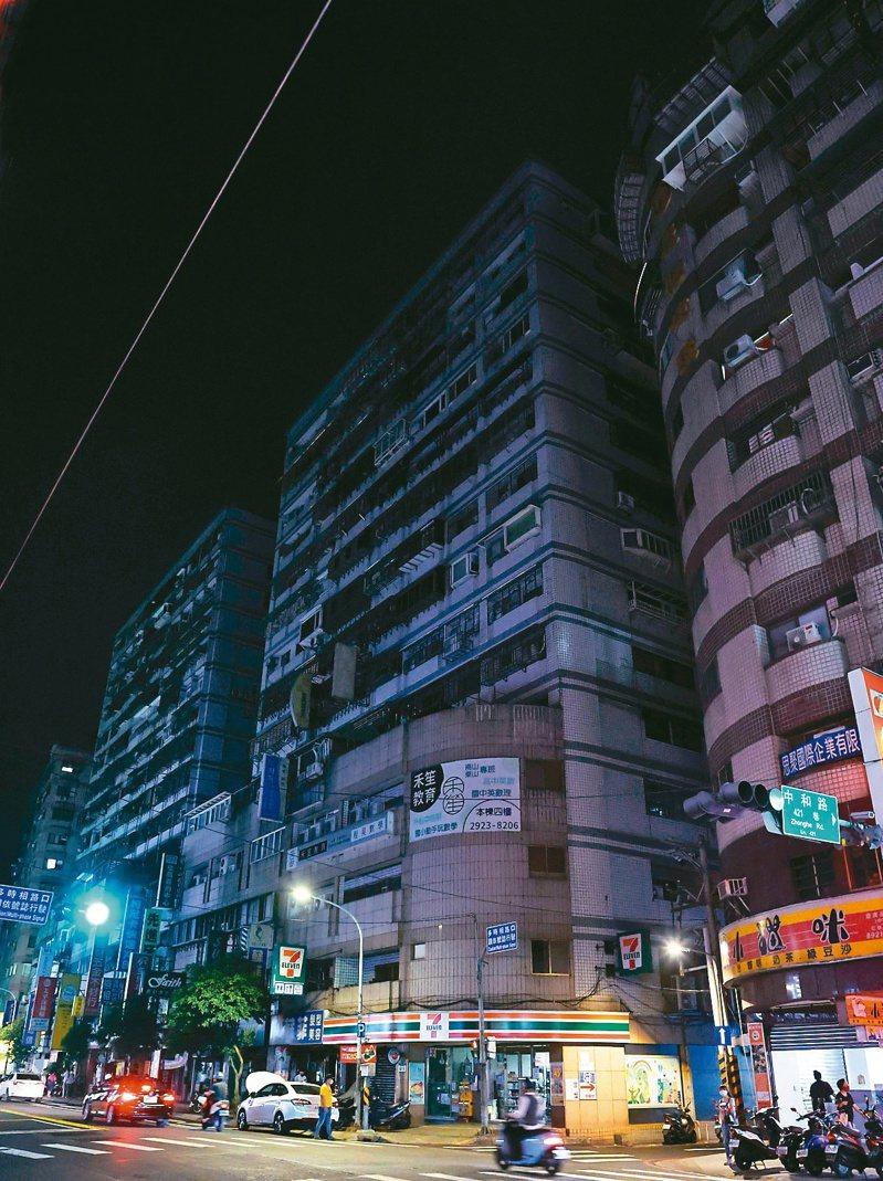 繼五一三全台大停電後,因興達電廠一號機組故障,台電在昨晚又實施分區輪流限電,新北市中和區中和路部分路段再度停電,商店看板與大樓外一片漆黑。記者侯永全/攝影