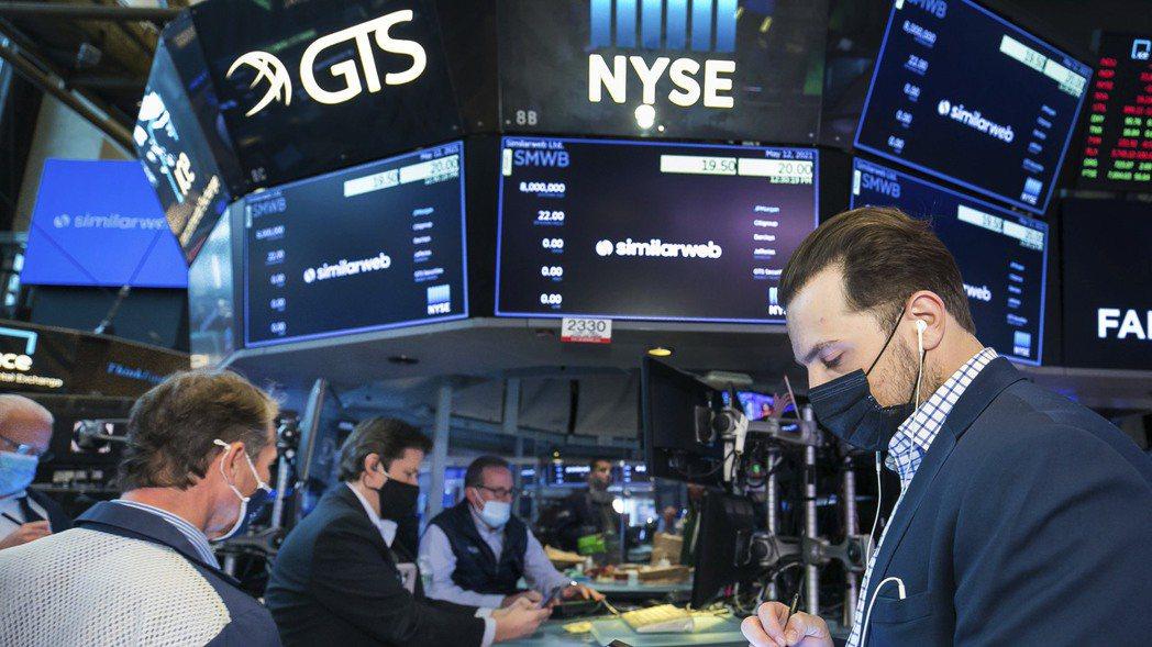 投資人指出,對通膨和利率的疑慮是導致美股下跌的原因。美聯社