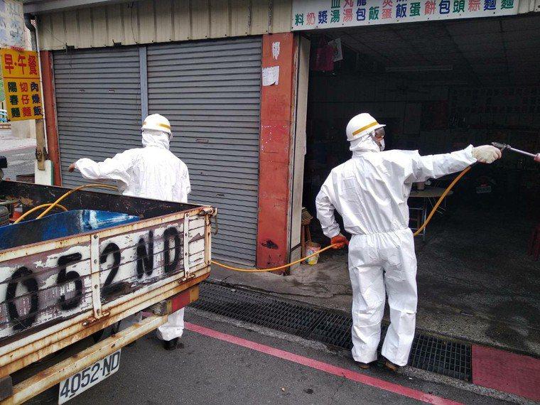 台中市和平區公所清潔隊員,昨天下午到谷關為一家餐廳消毒,有苗栗確診患者曾到這家餐...