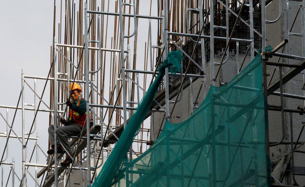 越南河內一處建築工地,工人正在處理鋼筋結構。  路透