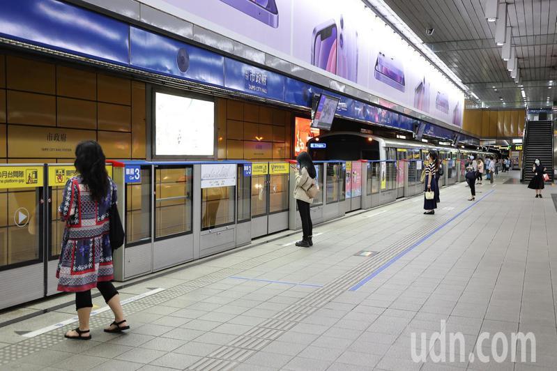 雙北防疫提升到三級警戒後,上班尖峰時段人潮驟減,民眾搭乘捷運時自動保持社交距離。報系資料照/記者余承翰攝影