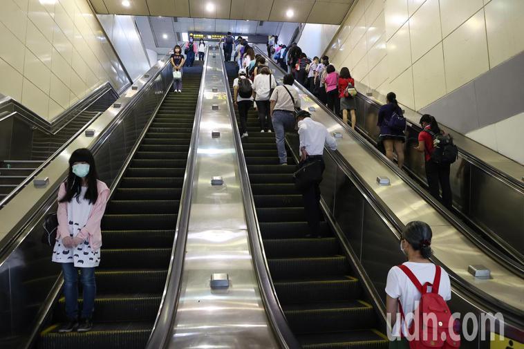 雙北防疫提升到三級警戒後,上班尖峰時段人潮驟減,台北車站通勤人數明顯減少。報系資...