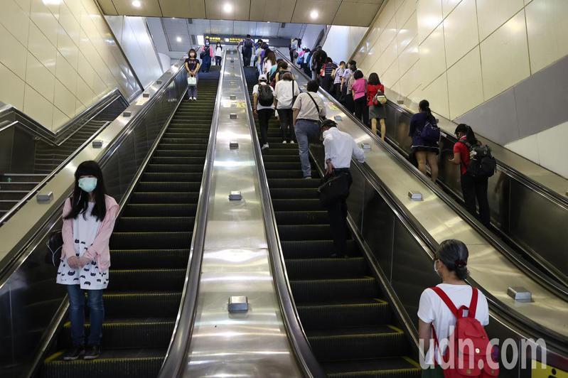 雙北防疫提升到三級警戒後,上班尖峰時段人潮驟減,台北車站通勤人數明顯減少。報系資料照/記者余承翰攝影