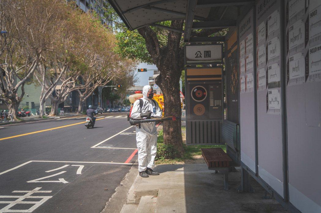 新竹市政府今天起至6月9日,持續進行全市公共環境大消毒,包含公園、交通節點、寺廟...
