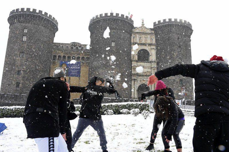 義大利去年宣布學校停課,民眾在空地打起雪仗。歐新社