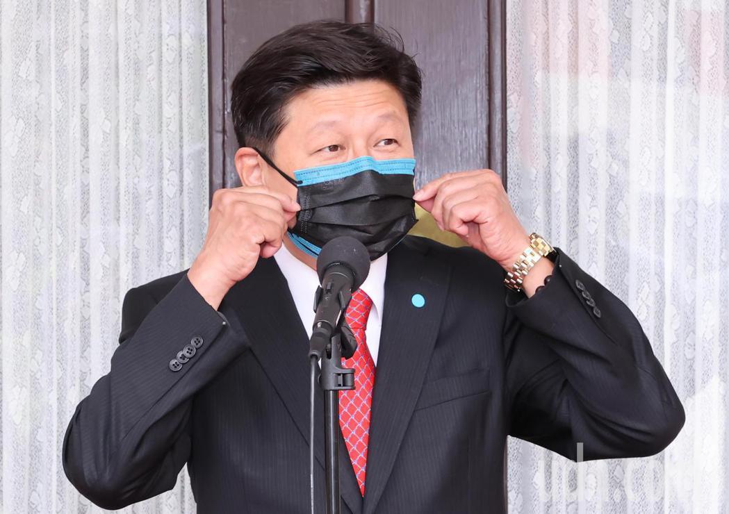 針對國內疫情嚴重爆發,立委傅崐萁上午在立法院議場前戴上二層口罩,呼籲唯有朝野共同...