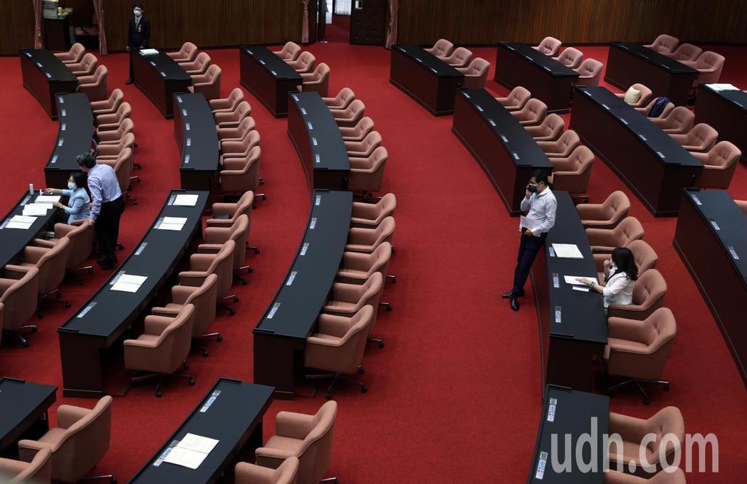 由於新冠疫情嚴重,立法院上午院會僅有少數委員出席,整個議場空蕩蕩。記者曾吉松/攝...