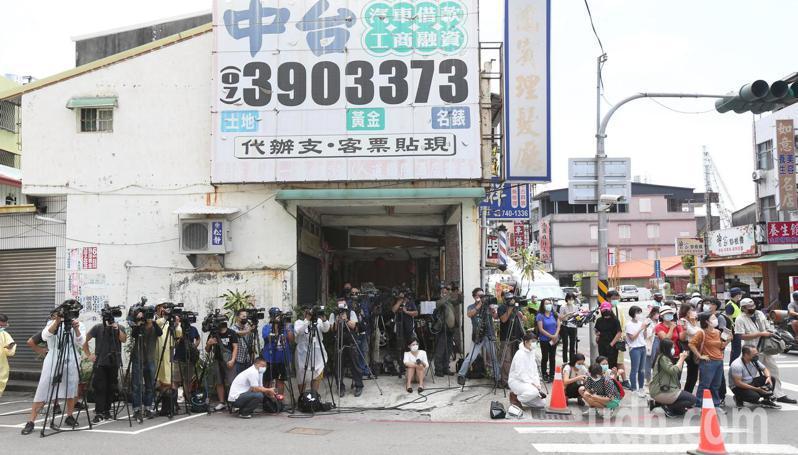高雄鳳山區仁惠醫院昨晚緊急採檢醫院員工及病患94人,媒體自律在對街排成一線採訪,避免靠近感染熱區。記者劉學聖/攝影