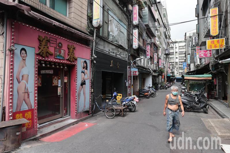 台北市萬華區列管的172家飲酒店停業,周邊商家生意同樣大受影響跟著停業,路上行人寥寥無幾。聯合報系資料照片/記者蘇健忠攝影