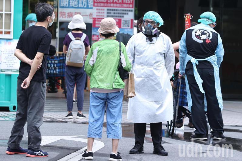國內爆發本土疫情,各大醫院醫護人員都相當忙碌。記者侯永全/攝影