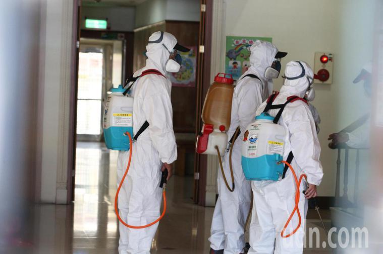 衛生環保人員在仁惠醫院內外進行環境消毒。記者劉學聖/攝影