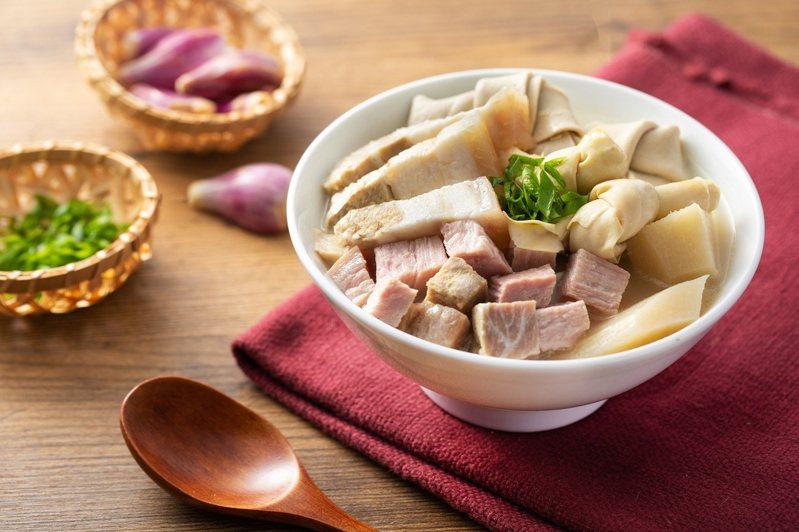 六福美饌推薦美食防疫包組合,精選必購TOP 10美食,其中以常溫保存的「本幫醃篤鮮高湯麵」最受歡迎。圖/六福旅遊集團提供