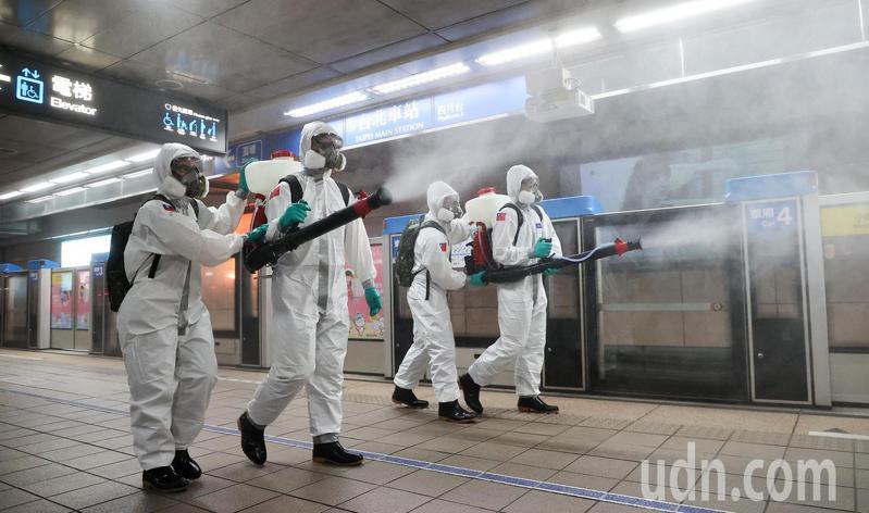 國內新冠肺炎疫情持續升溫,陸軍33化學兵群上午至捷運台北車站內進行消毒。記者余承翰/攝影