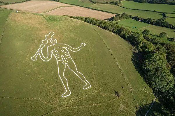 英國多塞特郡一座山丘上,刻著1幅高180英尺(約54公尺)的巨大粉筆知名畫作塞「...