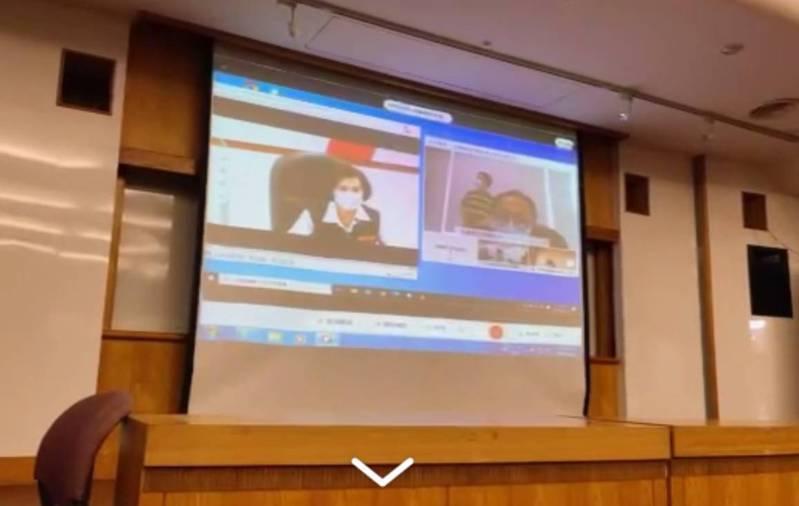 由於疫情持續發燒,宜蘭縣務會議首度改成線上網路視訊。圖/翻攝自縣府網路系統