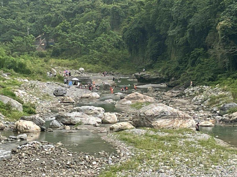 花蓮縣秀林鄉三棧溪上周末有許多遊客進入戲水。圖/景美村長金治雄提供