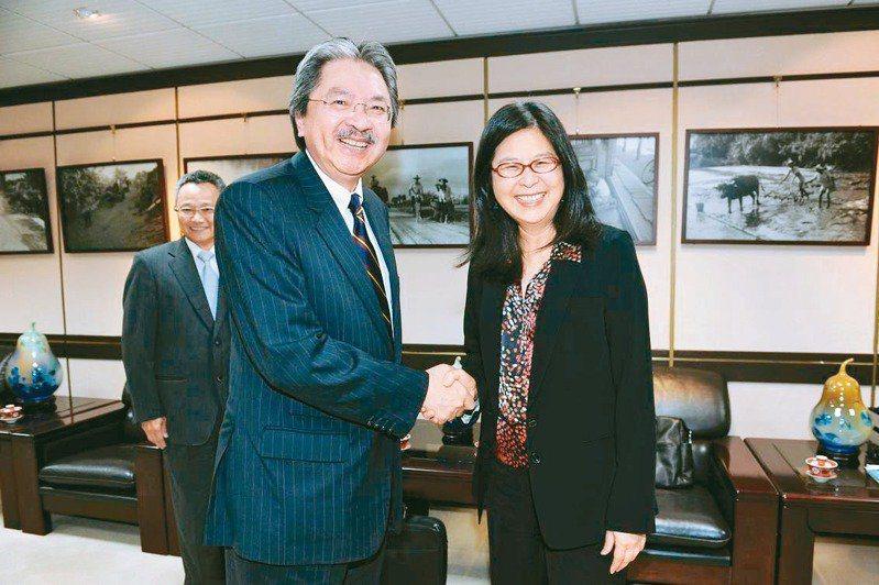香港在台經貿文化辦事處二○一二年掛牌,時任香港財政司長曾俊華(左)拜訪當時陸委會主委賴幸媛(右)。圖/陸委會提供
