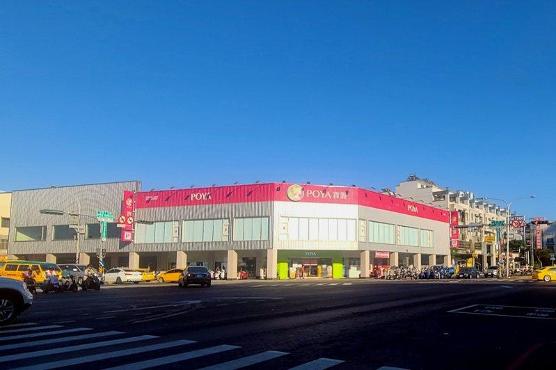 台南在地建商豪灑5.4億,帶租約買下中華西路二段與和緯路四段角窗店面。圖/台灣房屋提供