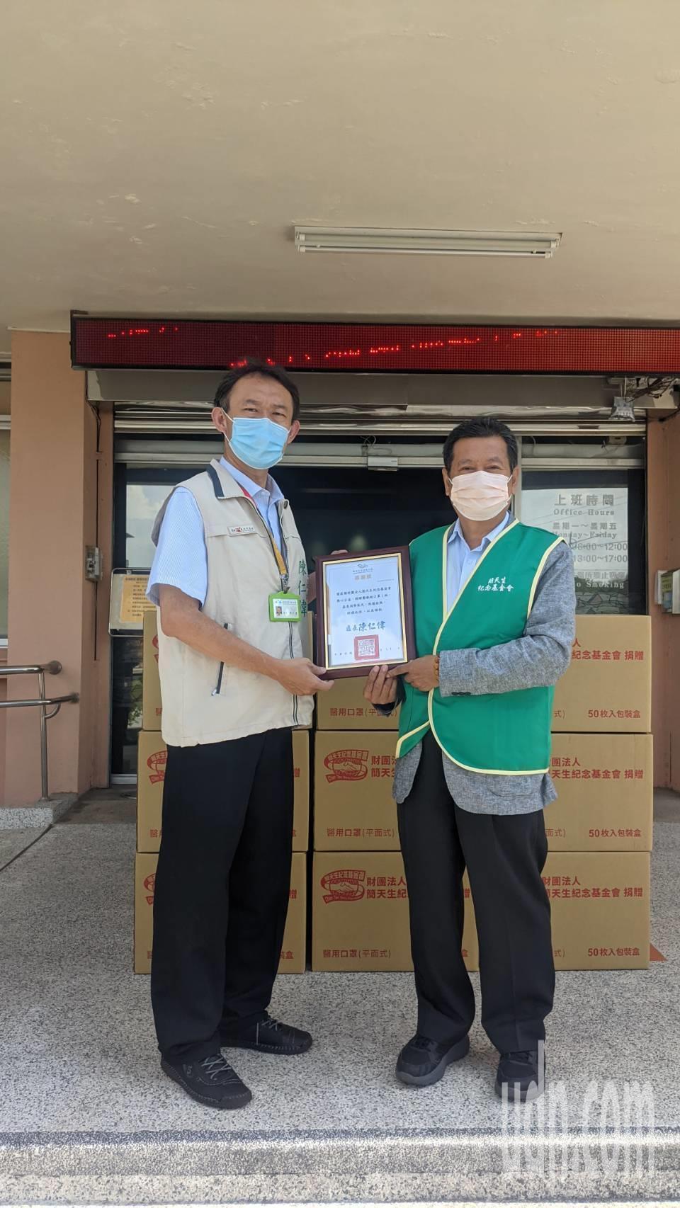 新麗副總經理呂忠誠(右)代表捐贈5萬片醫療級口罩給官田公所。記者周宗禎/攝影