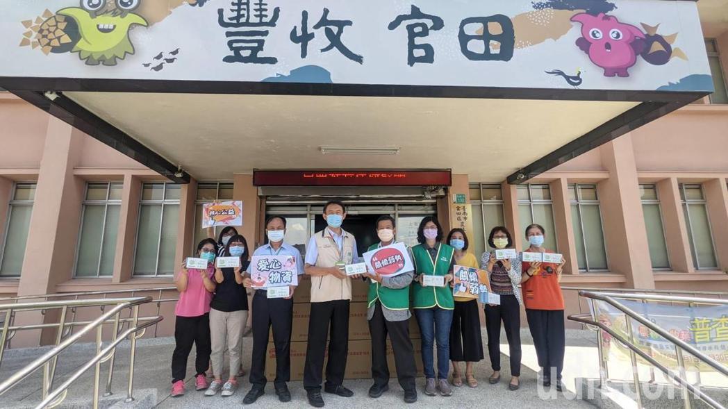 新麗企業今天捐5萬片口罩給官田區公所。記者周宗禎/攝影