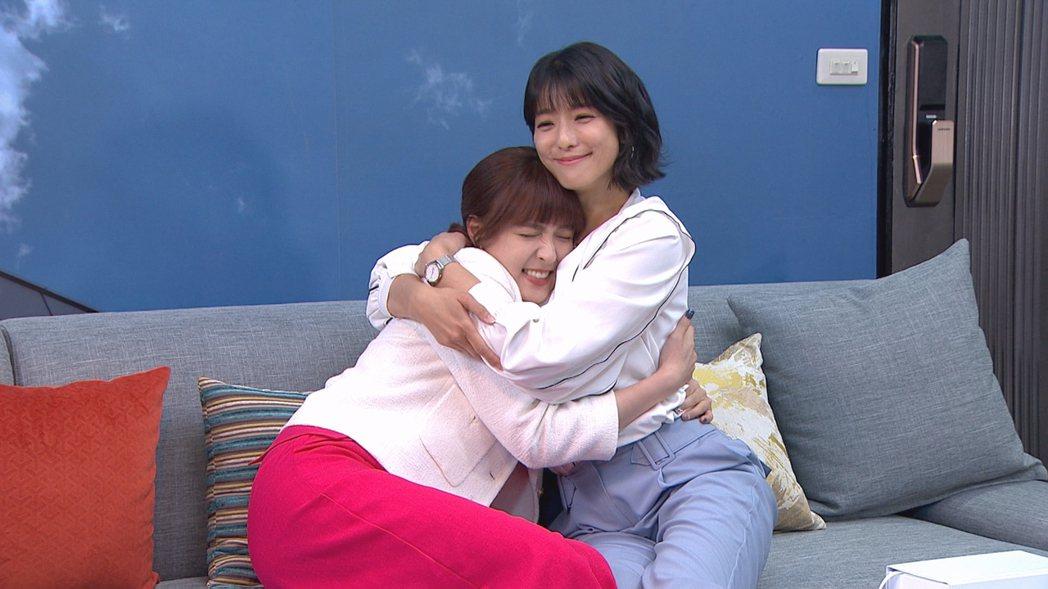 魏蔓(左)和賴雅妍的姊妹情深。圖/三立提供