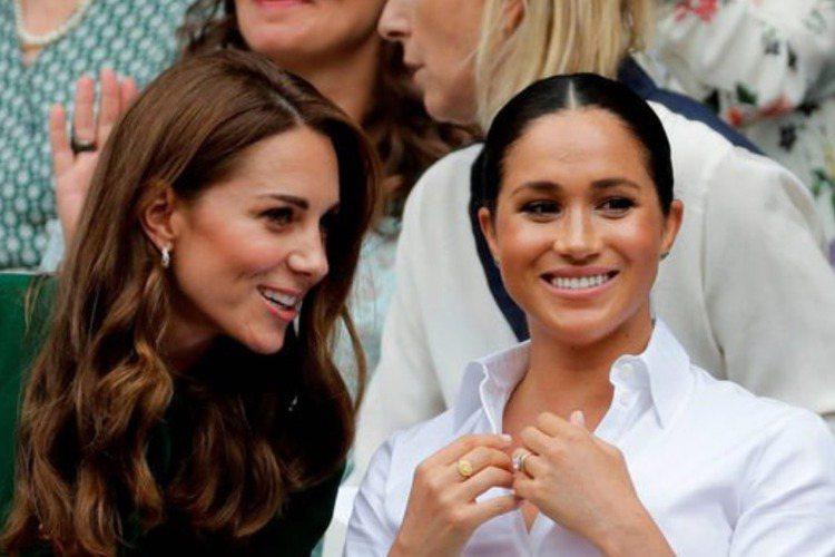 英國哈利王子之妻梅根在3月初的歐普拉專訪中,哀嘆自己對皇室都沒什麼研究就嫁進去,造成很多事都要邊摸索邊適應,果然過得很不開心。但近日她一張與友人的舊合照再度浮出水面,只見她笑容滿面,手上捧著一本雜誌...