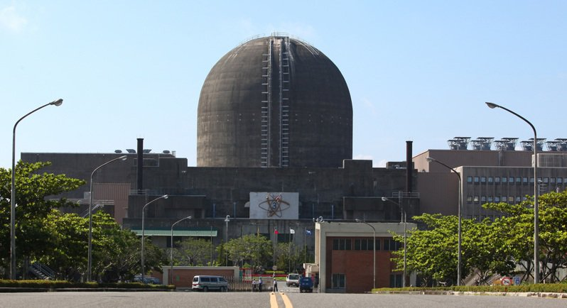 圖為核三廠大門,正面為一號機反應爐圍阻體。聯合報系資料照