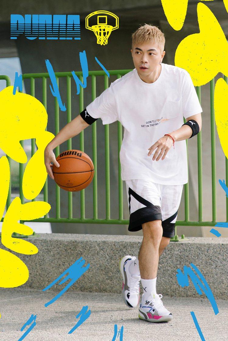 正義身穿PUMA籃球系列Franchise短袖T恤1,280元、Court Si...