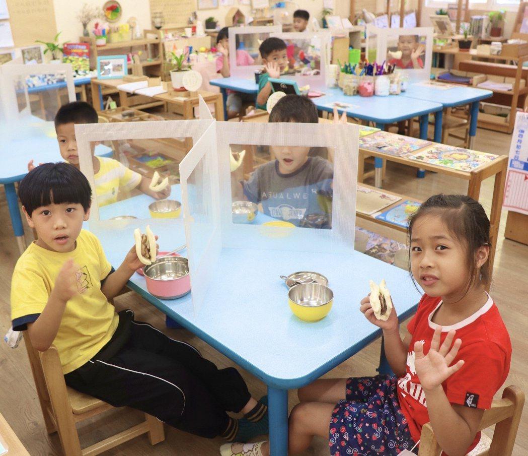 高雄市教育局訂購適合幼兒園使用特製隔板,以提升幼兒防疫效果。圖/高雄市教育局提供