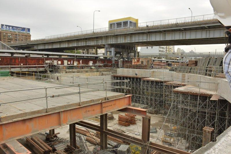高雄市政府近年進行鳳山鐵路地下化,並以「市地重劃」方式進行周邊開發,圖為高雄市鐵路地下化工程示意圖。圖/聯合報系資料照片