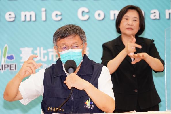 台北市長柯文哲表示「車內戴不戴口罩?」這題沒有標準答案,視個人對危險度的評估。圖/北市媒體事務組提供