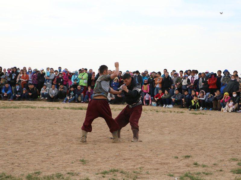 在草原上觀賞蒙古摔角表演。照片提供/洪倪