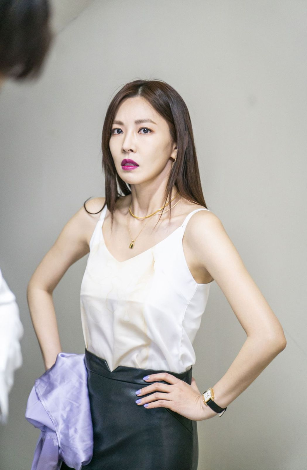 金素妍在「世上最漂亮的女兒」劇中不耐煩等著洪玄宗脫襯衫。圖/中天娛樂台提供