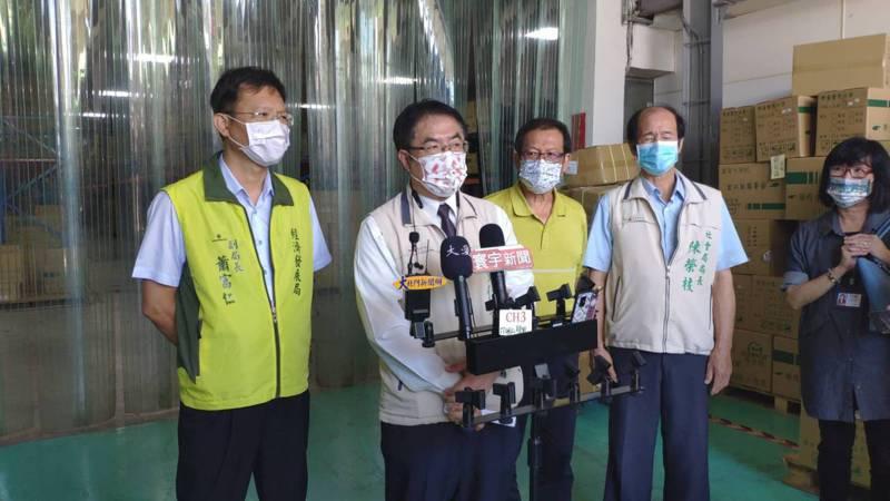 停課未成年子女在家恐觸法,台南市長黃偉哲(左二)希望中央統一解釋。記者謝進盛/攝影