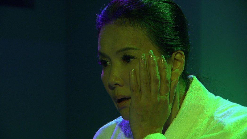 丁國琳在劇中被亮哲的妝扮嚇到到。圖/三立提供